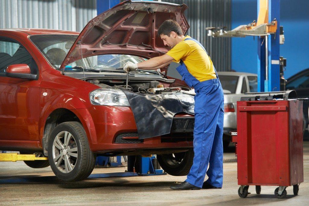 mechanic fixing the car